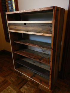 Commode faite de palettes recyclées!  More information: deBOIS website ! Submitted by: William Dumais ! #PalletFurniture, #RecycledPallet