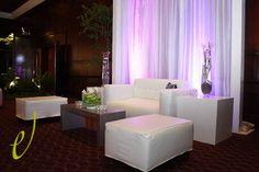 Area lounge con cortinas y columnas decorativas