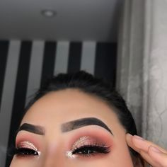 Ombre pink with gold glitter cut crease and perfect brows Ombre Pink mit goldglitzernder Knickspur und perfekten Brauen . Glam Makeup, Baddie Makeup, Cute Makeup, Pretty Makeup, Makeup Inspo, Makeup Inspiration, Makeup Ideas, Red Makeup, Gorgeous Makeup