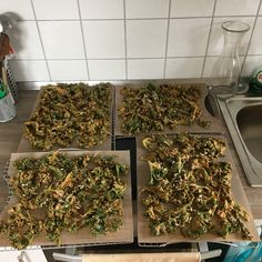 Grünkohlchips selber machen Make kale chips yourself Kale Recipes, Healthy Recipes, Medical Medium Anthony William, Snack To Go, Making Kale Chips, Clean Eating, Healthy Eating, How To Dry Basil, Herbs