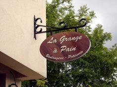 La Grange à Pain, Messac, Ille-et-Vilaine (35), Bretagne Enseigne drapeau non lumineuse, bâtiment de France (BDF)