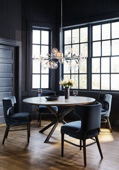 This inky dining room is brought to life by that gorgeous midcentury modern chandelier over that beautiful round table and velvet chairs. Round Oak Dining Table, Modern Dining Chairs, Luxury Dining Room, Dining Room Design, Black Dining Rooms, Home Interior, Interior Design, Mid-century Modern, Home Decor