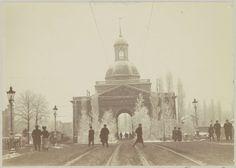 Anonymous | Besneeuwde Muiderpoort te Amsterdam, gezien vanuit het oosten, Anonymous, c. 1900 - c. 1910 | Onderdeel van Familiealbum met onder meer foto's van Wijnhandel Kraaij & Co. Bordeaux-Amsterdam.