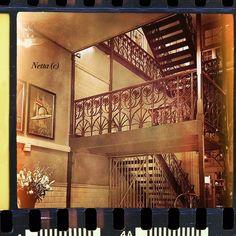 """#travel #holland #hotel #rotterdam #photo #interior #retro #hotelnewyork #frame #vintage #aroundtheworld #отель #путешествие #голландия #Роттердам #отельньюйорк #ретро #интерьер #история #вокругсвета #history #myplanet #мояпланета #voyage Холл одного из самых респектабельных отелей Роттердама - гостиницы """"Нью-Йорк"""". Ретро-плакаты, картины голландских художников времён 60-70-х годов, великолепная ковка и резьба по дереву."""