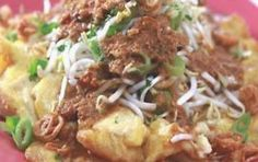Indonesian Food Indonesian cuisine is one of the most vibrant and colourful cuisines in the world, full of intense flavour. Tofu Omelette, Indonesian Cuisine, Indonesian Recipes, Asian Kitchen, Food Lists, Corned Beef, Asian Recipes, Spicy, Food And Drink
