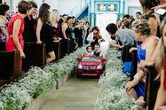 Casamento de Ana e Diego em Ilhabela SP cerimônia na Igreja Matriz e festa no Pier 151. Daminha e Pajem no carro elétrico