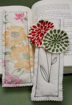 SUPPLY LIST fabric scraps batting 5 inches by 10 inches or larger Fabric Bookmarks 1 Sewing Hacks, Sewing Tutorials, Sewing Crafts, Sewing Patterns, Crafty Projects, Sewing Projects, Quilting Projects, Ideas Prácticas, Book Markers