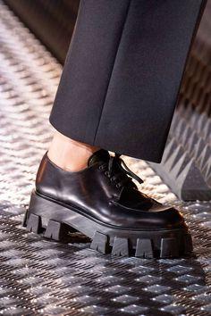Prada Fall 2019 Ready-to-Wear Fashion Show Prada Herbst 2019 Konfektionskollektion – Vogue Miu Miu Shoes, Prada Shoes, Sneakers Fashion, Fashion Shoes, Funky Shoes, Vogue, Unique Shoes, Dream Shoes, Sock Shoes