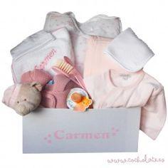 Ropa para bebé personalizada. Las cestas con artículos personalizados para bebés son una gran opción si no sabes qué regalar. Personalized Gifts, Newborn Baby Gifts, Personalized Baby, Gift Shops