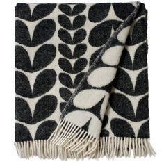 Brita Karin Huopa, Musta/valkoinen, 130 x 180 cm. Kodin sisustaminen lämpöisellä huovalla tuo lämpöä viileään syksyyn.