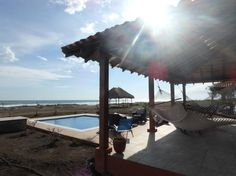 Bungalow à Salinas Grandes, Nicaragua. Newly built, furnished, 2 bedrm bungalow on picturesque sandy beach. Pacific Ocean front with river in back. Queen beds, AC, new appliances, 350 sq ft covered terraza, surfing, swimming, fishing. We have 3 houses ready to rent, Tes #36 has a poo...