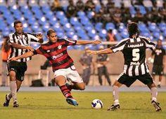 Adriano atropela a zaga e marca - 2009 - pelo Brasileiro, Flamengo 1x0 Botafogo no Engenhão. Ninguém segurava o Imperador (Estadão).