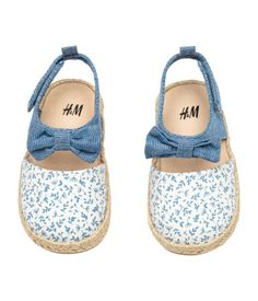 Sandals in cotton fabric with braided jute trim around soles. Decorative bow at front and strap with hook-loop fastener. Cute Baby Shoes, Baby Boy Shoes, Kid Shoes, Girls Shoes, Daddys Girl, My Baby Girl, Baby Girl Fashion, Kids Fashion, Jute