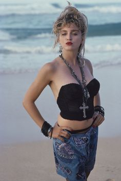 Madonna / Photographed by Herb Ritts / 1985 Más Madonna Fashion, Lady Madonna, Madonna Young, 1980s Madonna, Mode Disco, Madona, Madonna Photos, Female Singers, Material Girls