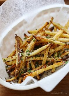 Skinny Baked Garlic Parmesan Fries – to die for! Plus other skinny recipes Ww Recipes, Side Dish Recipes, Cooking Recipes, Healthy Recipes, Skinnytaste Recipes, Skinnytaste Cookbook, Popular Recipes, Potato Recipes, Recipies