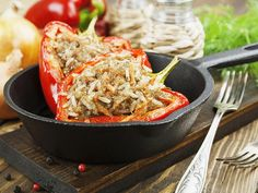 Bell peppers stuffed with a mixture of ground beef and rice. A recipe from my mother-in-law. Ground Chicken, Ground Beef, Beef Recipes, Healthy Recipes, Gluten Free Menu, Beef And Rice, Chicken Stuffed Peppers, Meat Chickens, Home Food