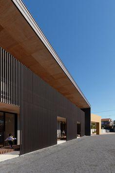주택 모양의 리딩 누크를 갖춘 일본의 유치원을 소개한다. 42년 전에 디자인 된 현 유치원 건물을 현대적 교육 스타일에 맞게 리노베이션 하였다. 기존 건물을 완전히 철거하는 대신, 건축가는 새롭게 2층 구조를 올려 보존하는 방식으로 결정했다. 현대적인 차세대 유형으로 변경된 유치원 2층에는 유리난간이 설치되어 있고, 복도 공간 양면에도 창문을 두었다. Hibino Sekkei and Youji no Shiro's kindergarten features ho..