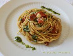 Gli spaghetti al pesto di rucola, sono un primo piatto facile, veloce e leggero...con l'aggiunta del ciliegino e pollo arrosto e il coperchio magic cooker