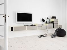 Decorate your living room as you want it with shelves, units, cabinets, sideboard and hi-fi and TV furniture. See inspiring ideas with Montana. Montana Furniture, Tv Furniture, Interior Design Living Room, Living Room Designs, Montana Living, Boffi, Tv Decor, Home Decor, Making Space