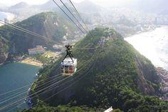 Travelling to Sugarloaf Mountain or Pão de Açúca in Rio De Janeiro. Cable cars travel the 396 metres to the top with a breathtaking view.  / Mit der Seilbahn zum Zuckerhut in Rio De Janeiro. Gondeln fahren den 396 Meter langen Weg bis zur Spitze.