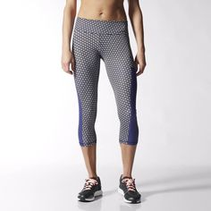 You won't come up short on motivation with these women's three-quarter training tights. The form-fitting pants feature graphic-print climalite® fabric to wick sweat away for comfort and feature a higher waist.