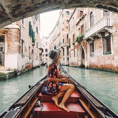 Travel blogger picture ideas