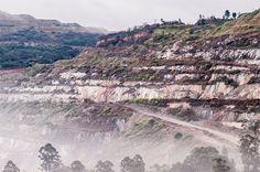 Legenda:ITABIRA, MG, BRASIL, 29-05-2015, 5:00h. Vista da cidade de Itabira com as montanhas onde funcionam minas de exploração de minério. (Alexandre Rezende/Folhapress AGENCIA) *** EXCLUSIVO FOLHA ***