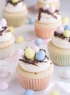 große Oster Cupcakes mit Schokoladenraspeln und bunte Eier als Dekoration The Effective Pictures We Offer You About Easter Recipes Dessert easy A qual Oster Cupcakes, Egg Cupcakes, Cupcake Cakes, Spring Cupcakes, Lamb Cupcakes, Pretty Cupcakes, Holiday Desserts, Holiday Baking, Holiday Treats