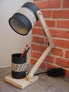 Cette lampe de bureau est réalisée au maximum avec des objets de récupération: -conserves brutes, peintes en noir mat profond -Bois de palette Il y est ajouté des accesso - 20030823