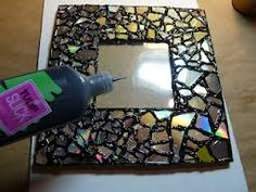 Make it easy crafts: Recycled CD Mosaic Photo Frame. I love the CD idea but not the tulip slick puff paint Make it easy crafts: Recycled CD Mosaic Photo Frame. I love the CD idea but not the tulip slick puff paint Cd Mosaic, Photo Mosaic, Mosaic Mirrors, Diy Arts And Crafts, Easy Crafts, Recycled Cd Crafts, Recycled Glass, Make It Easy, Diy Recycle
