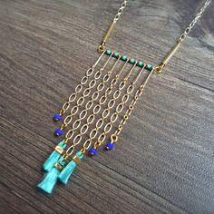 Collier franche chaîne doré, pompon turquoise et perle bleu