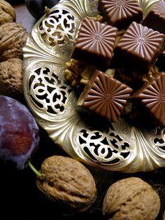 Csokoládé Reformer: Főzött diókrémes szilvalekváros bonbon tejcsokolád... Mousse, Vegan Christmas, Hungarian Recipes, Macaron, Sweet Life, Waffles, Biscuits, Muffin, Food And Drink