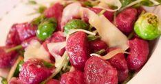 Ñoquis de remolacha con salsa de roquefort Fruit Salad, Pasta, Food, Gratin, Beets, Sauces, Cook, Projects, Fruit Salads