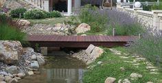 Puente de madera : Jardines de estilo mediterráneo de LANDSHAFT
