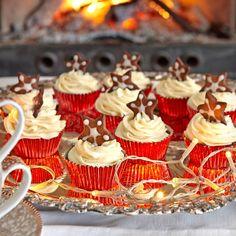 Överraska med julkryddade cupcakes dekorerade med kaneldoftande frosting och en pepparkaka på toppen.