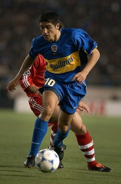 Juan Roman Riquelme of Boca Juniors in action during the Toyota Cup match between Bayern Munich and Boca Juniors at the National Stadium on November 2001 in Tokyo, Japan. Soccer Tattoos, World Library, Captain Tsubasa, National Stadium, Roman, Football, Running, Tokyo Japan, Legends