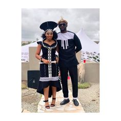 This is how a Xhosa newly wedding dresses like. She is called umakoti. Xhosa In south Africa clothes are a sign of respect to the new family Zulu Traditional Wedding Dresses, Zulu Traditional Attire, South African Traditional Dresses, Traditional Outfits, Modern Traditional, African Wedding Attire, African Attire, African Wear, African Dress
