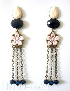 Cód: BOV108 <br>Tam: 11 cm <br> <br>Brinco em ouro velho com pedras acrílicas rosa e azul, corrente ouro velho, cristais azuis e flor de guipir rosa.