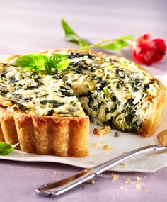 Nettle and ricotta quiche // www. Savory Tart, Salmon Burgers, Ricotta, Quiche, Banana Bread, Sandwiches, Yummy Food, Dining, Koti