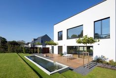Terrasse Mit Wasserbecken: Minimalistischer Garten Von SCHAMP U0026 SCHMALÖER