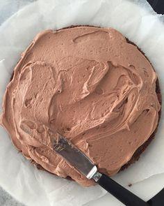 Saftig sjokoladekake med luftig melkesjokoladeglasur – Bollefrua Norwegian Food, Norwegian Recipes, Something Sweet, Mini Cakes, Let Them Eat Cake, I Love Food, Yummy Cakes, Peanut Butter, Cake Recipes