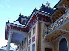 Schloss Pillnitz mit seinem berühmten Park und der wohl ältesten Kamelie Europas, hier machte bereits August der Starke Urlaub. Das Schloss Pillnitz samt Gartenanlage erreichen sie in 3 min zu Fuss. Ebenso die Dampferanlegestelle der ältesten und grössten Raddampferflotte der Welt.