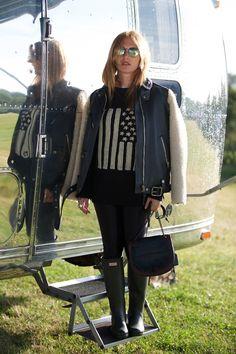 Joséphine de la Baume au Festival de Glastonbury bottes Hunter, blouson en cuir http://www.vogue.fr/mode/inspirations/diaporama/les-meilleurs-looks-du-festival-de-glastonbury-2015/21313#josphine-de-la-baume