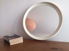 Très joli miroir en plastique blanc des années 70. Ce miroir donnera un air vintage à votre pièce, que vous le suspendiez dans la chambre, le salon ou la s…