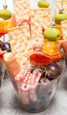 Charcuterie Recipes, Charcuterie And Cheese Board, Charcuterie Platter, Cheese Boards, Snacks Für Party, Appetizers For Party, Brunch Party Foods, Bridal Shower Appetizers, Individual Appetizers
