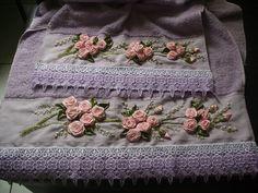 roxa com detalhes de flores e barrados de crochê