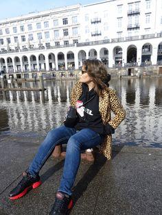 Streetstyle-Look mit Hoodie, Sneakers und Jacke mit Leopardenmuster - tabsstyle
