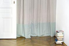 Für Kabinette, selbst in den feinsten Wohngemeinschaften, gebräuchlich: Kein Kleiderkasten, sondern ein mit Vorhang abgetrennter Bereich für Kleider und Siebensachen. Curtains, Shower, Bathroom, Home Decor, Homes, Nice Asses, Insulated Curtains, Bath Room, Homemade Home Decor