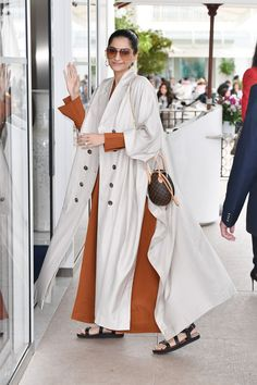 Sonam Kapoor Spreads Her Chic Boho Charm As She Lands In Cannes For The Ongoing Film Festival - HungryBoo Abaya Fashion, Modest Fashion, Fashion Dresses, Milan Fashion Weeks, Fashion 2020, Tokyo Fashion, Estilo Cool, Sonam Kapoor, Winter Coats Women