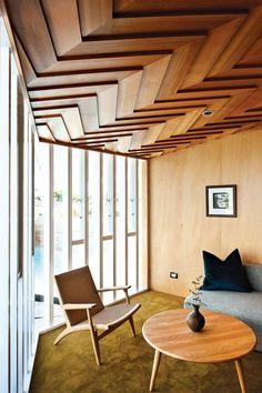 faux plafonds originaux en bois massif façon parquet chevron, parement bois et moquette verte